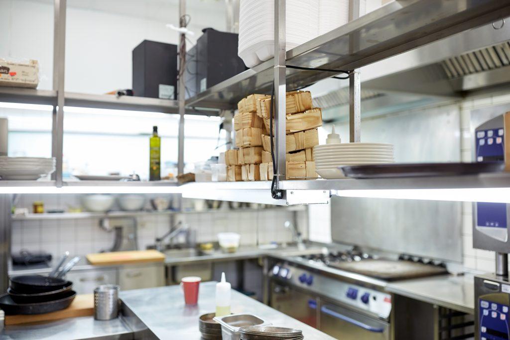 אזור מלוכלך במטבח מוסדי